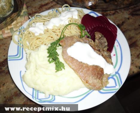 Mangalica zsírban sült sertéskaraj, tejfölös burgonyával, tejföllel öntött tésztával, savanyúsággal - Ágnes asszony módra