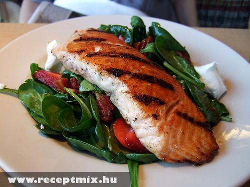 Grillezett hal zöldség ágyon
