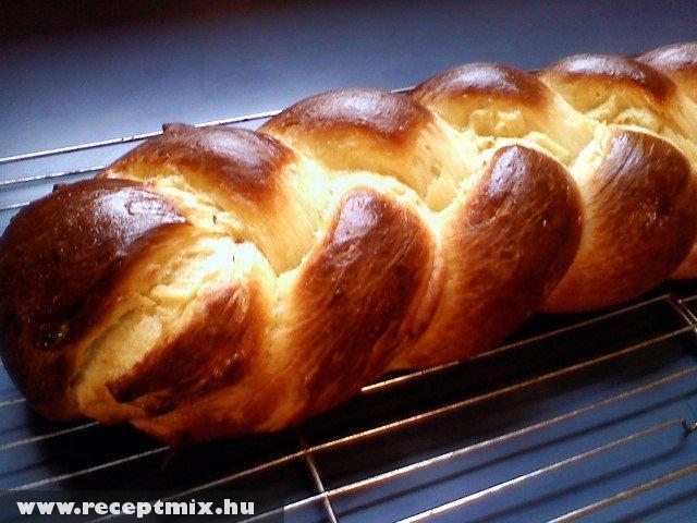 Húsvéti fonott kalács sütés után