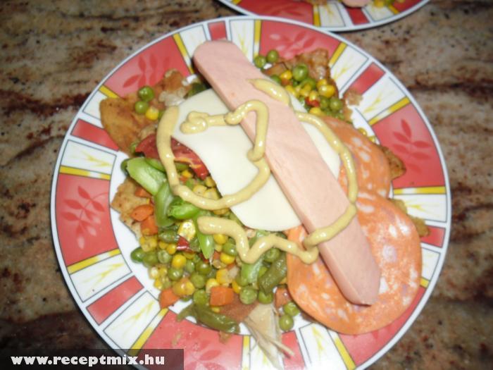 Vegyes zöldség virslivel, mustárral