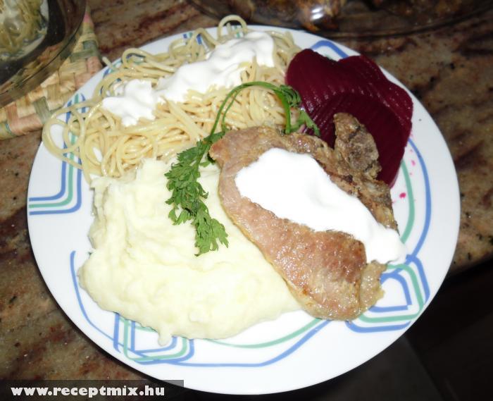 Mangalica zsírban sült sertéskaraj, tejfölös burgonya, tejföllel öntött tészta, savanyúság - Ágnes asszony módra