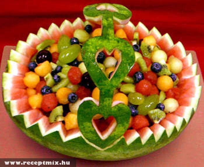 Dinnyében tálalt gyümölcskosár