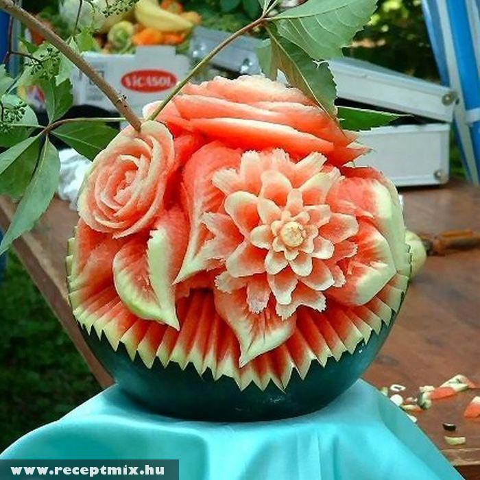 Dinnyébõl faragott virágcsokor