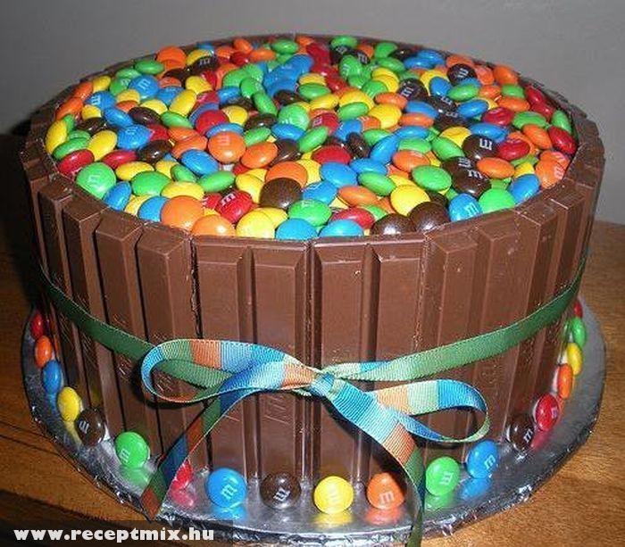 M&M-szel töltött csokitorta
