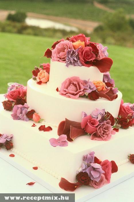 Rózsás esküvõi torta