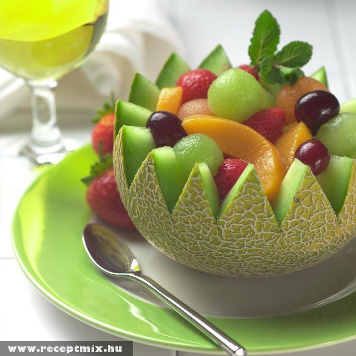 Sárgadinnyében tálalt gyümölcsssaláta