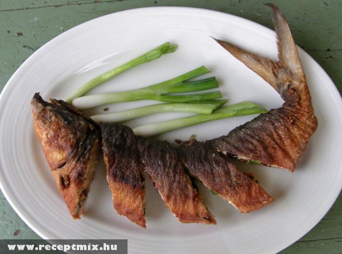 Sült hal, újhagymával
