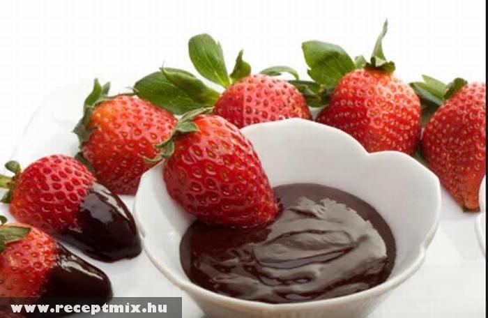 Eper csokiöntettel