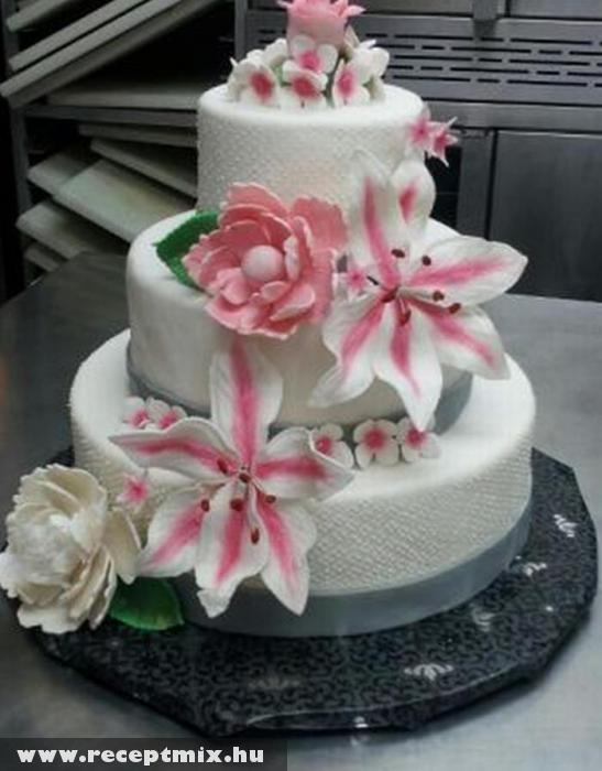 Virágos esküvõi torta