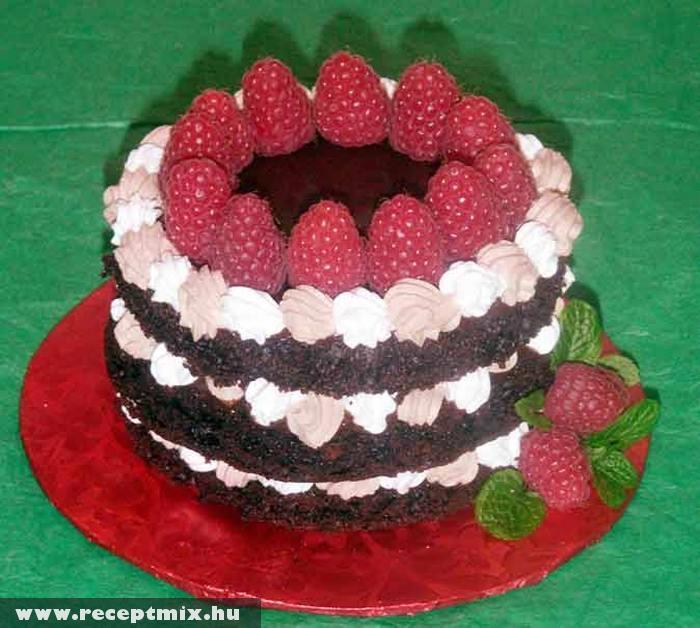 Gyümölccsel díszített csokitorta