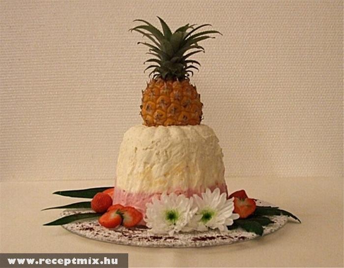 Fagyitorta ananásszal a tetején