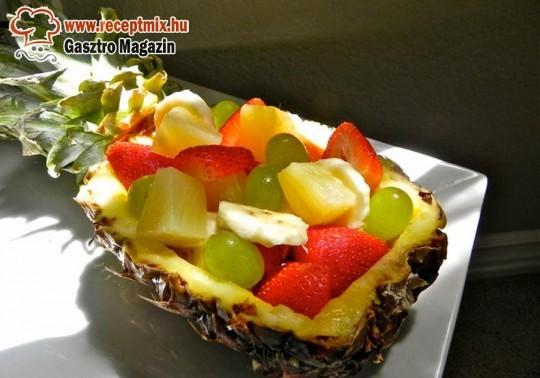 Ananászba töltött gyümölcssaláta