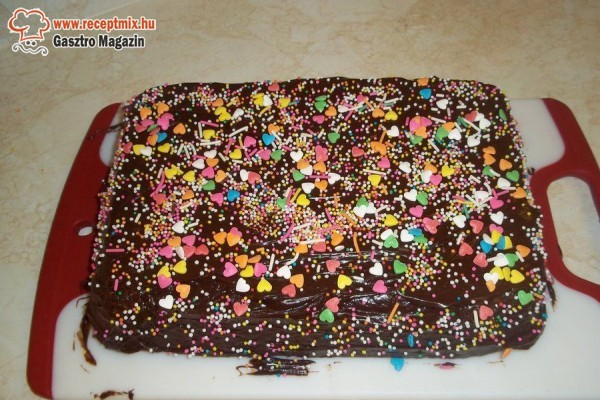 Csokitorta színes cukrokkal díszítve
