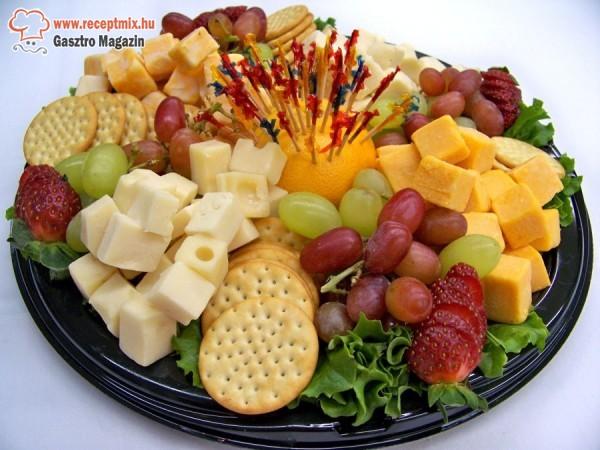 Gyümölcstál sajtokkal