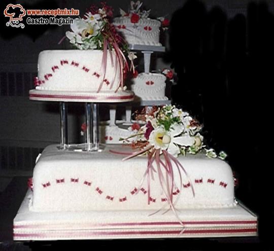 Többszintes esküvői torta