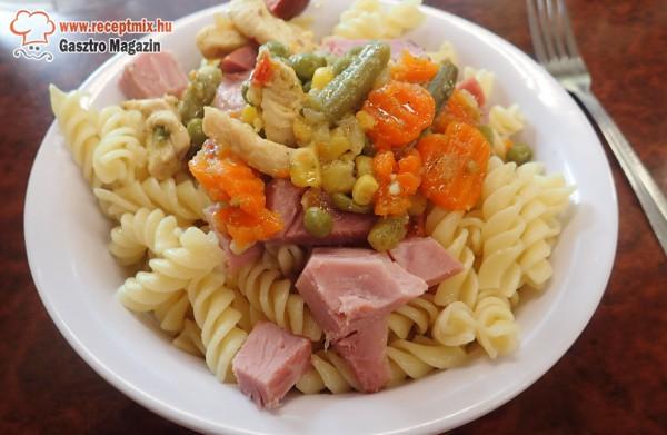 Sonkás - grill zöldség tésztával