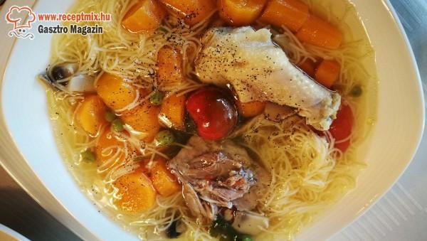 Csirkehús leves, cérnametélt tésztával