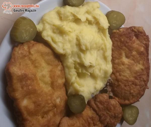 Csirkemell rántva, krumplipüré, uborka