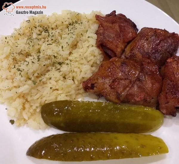 Baconbe tekert csirkemáj rizzsel