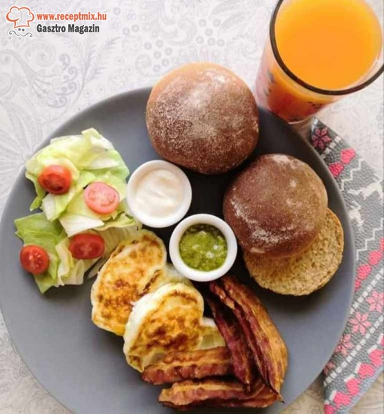Egészséges reggeli: szendvics, tojás, husi, zöldség, dzsúz
