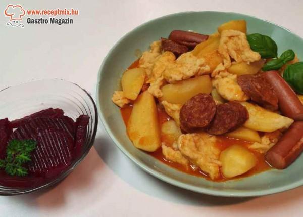 Paprikás krumpli, galuska, savanyúság