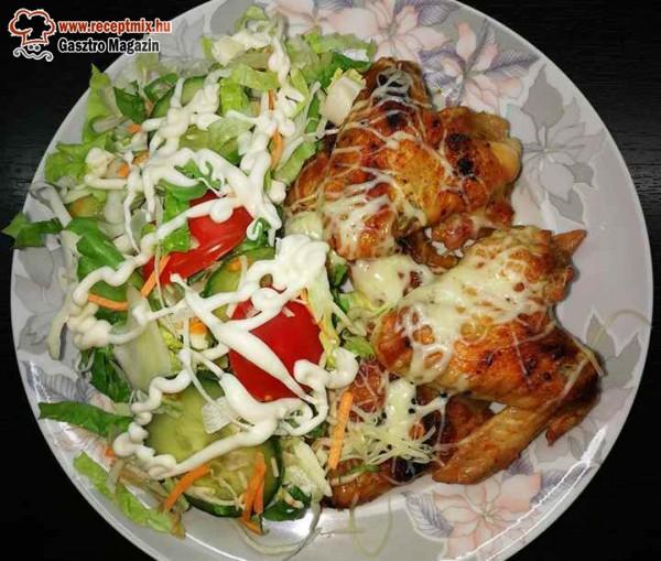 Ropogós csirke szárny és saláta