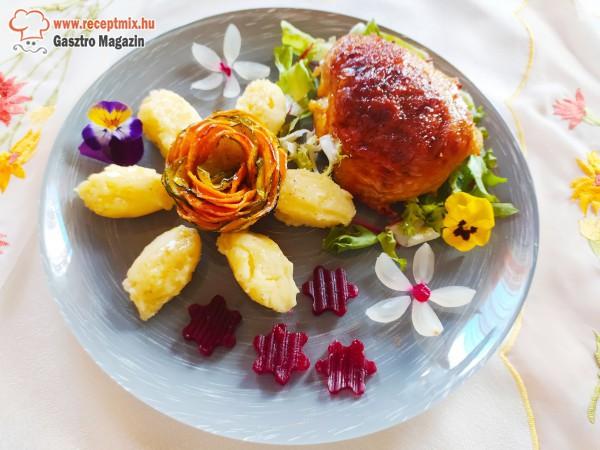 Gombás töltött csirkecomb salátaágyon, batáta-cukkini rózsa & burgonyapüré, gyöngyhagymával és céklavirágokkal