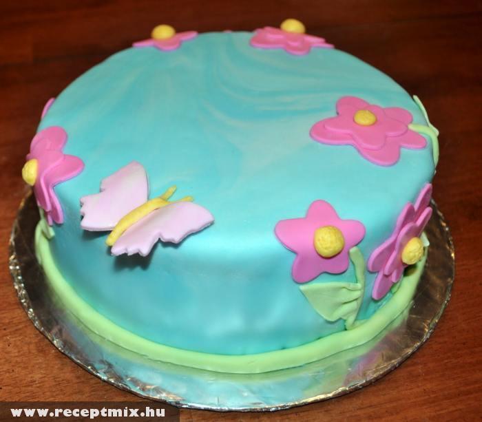 Színes marcipánbevonatú torta