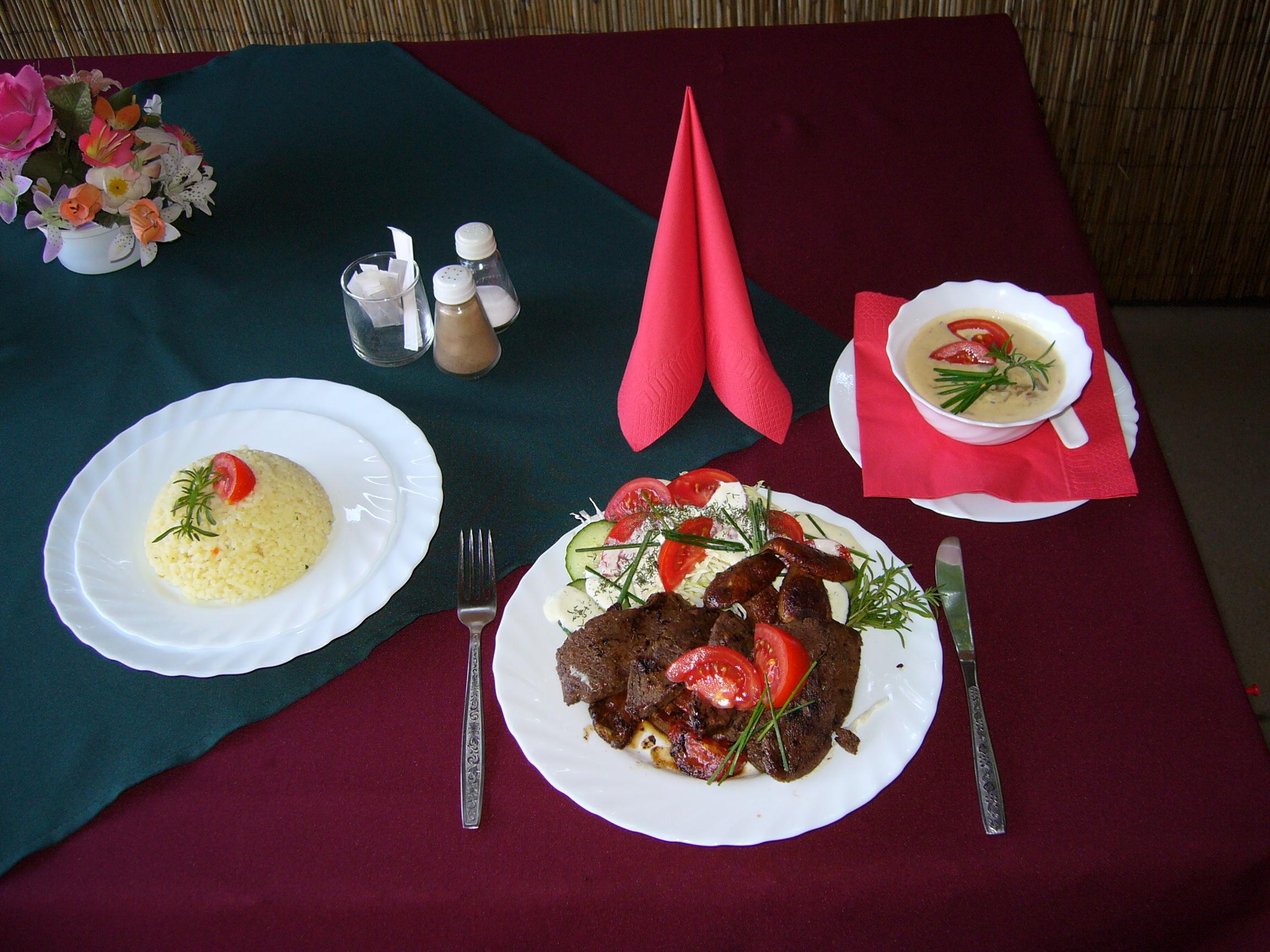 Grillezett struccfilé vargányával , és illatos füvekkel,rizs körettel és tejszínes snidling mártással
