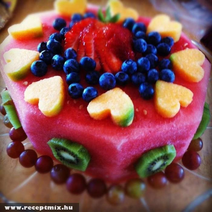 Gyümölcsökbõl készült torta