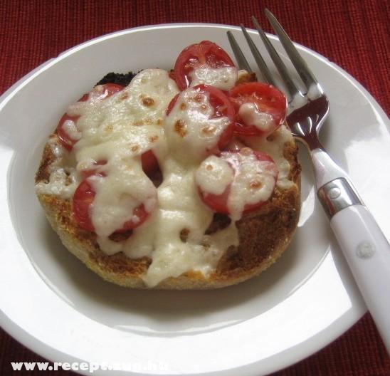 Fél zsemle, szendvicskrém, paradicsom, sajt, 1 perc mikró!