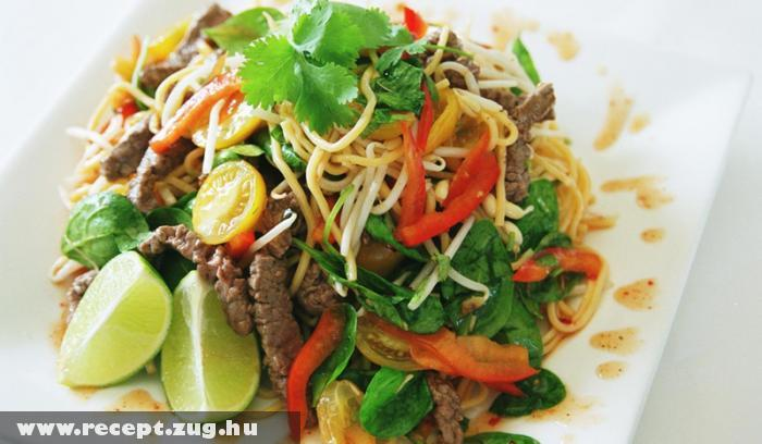 Thai saláta hússal és tésztával
