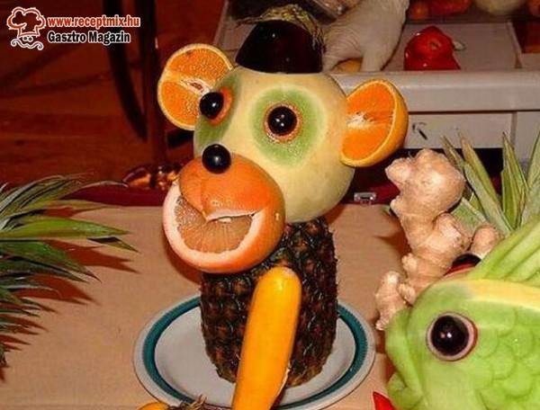 Gyümölcs majmosan tálalva