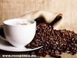 Egy csésze kávé és egy kis kávébab