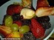 Gyümölcstál (eper, meggy, banán, méz, szeder, áfonya, alma)