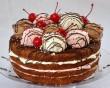 Fagyival díszített torta