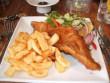 Sült hal és sült krumpli salátával