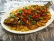 Sült hal, sült krumplival és zöldségekkel