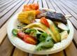 Sült hús friss zöldségekkel