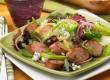 Vegyes saláta egy kis sült virslivel