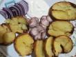 Paraszt vacsora: héjában sült krumpli, hagyma, kolbász, tejföl
