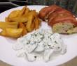 Csirkemell őzgerinc formába sütve, fűszeres burgonya, fokhagymás uborka saláta