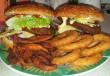 Hamburger, mindennel, krumplival, hagymakarikákkal