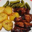 Ropogós csirkeszárny, köret, uborka