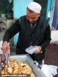 Kínai húsos batyut áruló utcai árus